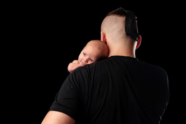 Baby mit Papa wach